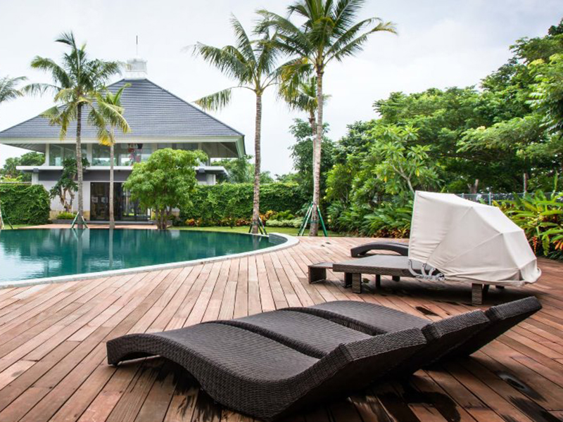 Pilih Private Pool Aja! Inilah Tips Aman Berenang New Normal